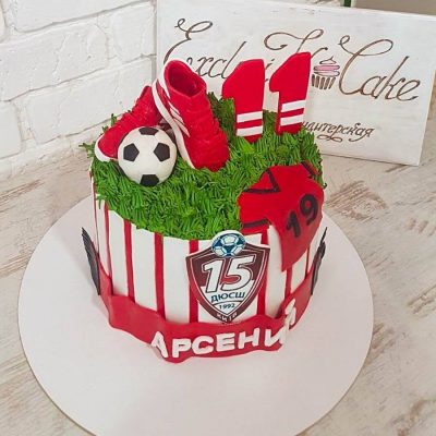 Торт с футбольным мячом и кроссовками